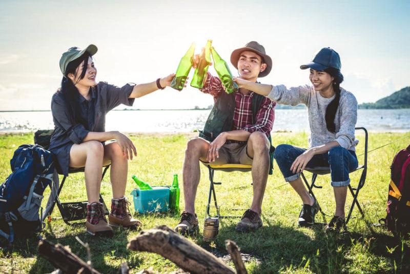 3 unge mennesker på festivalstole